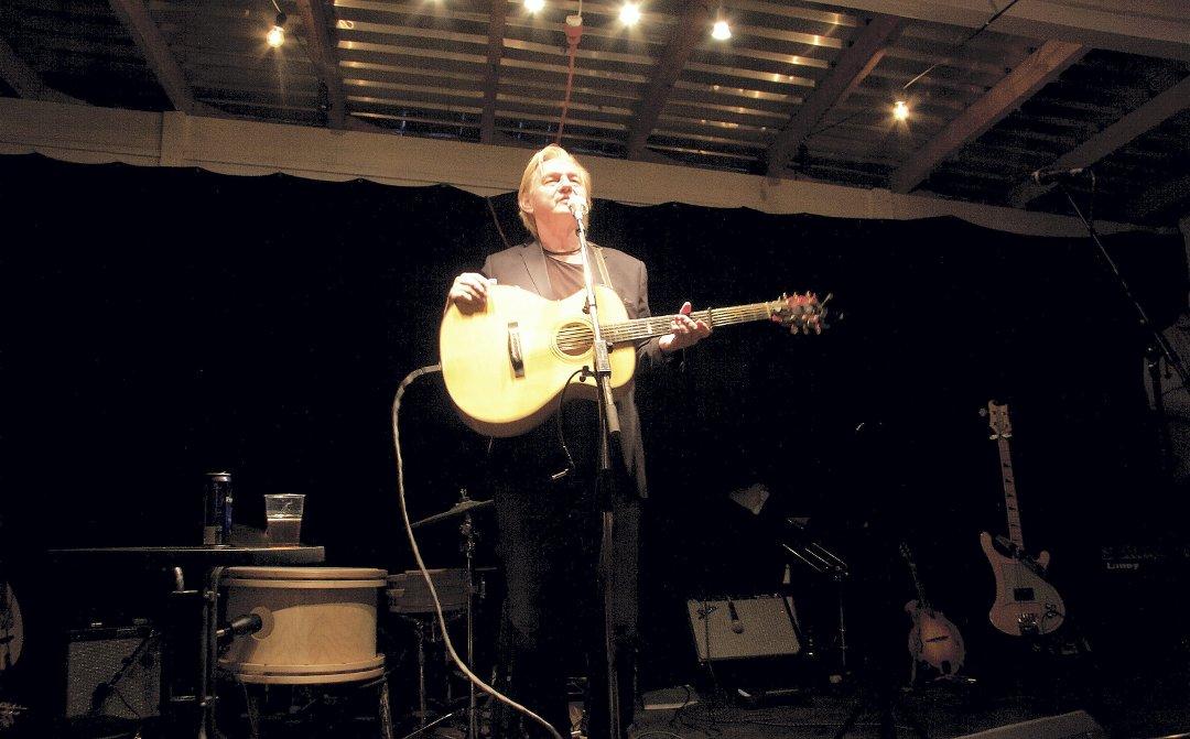 Bilde: Finn Kalvik på scenen på Bakke Gård